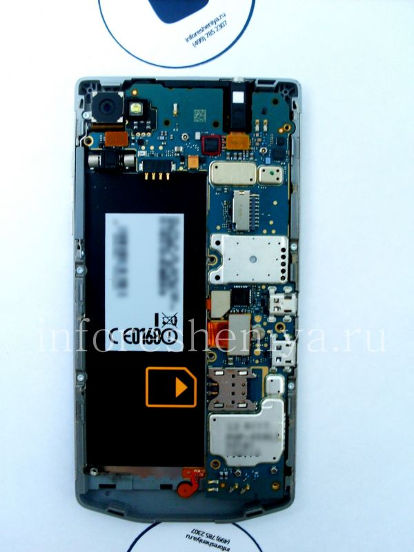 Разборка BlackBerry P'9982 Porsche Design: That's what you get for now, it's the mother board! / Вот, что мы имеем: материнская плата.