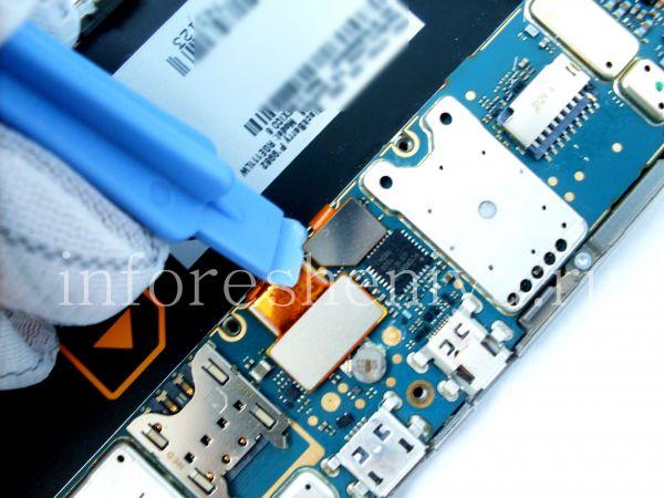 Разборка BlackBerry P'9982 Porsche Design: Then go to the touchscreen connector. / Следом переходите к откреплению коннектора тач-скрина.