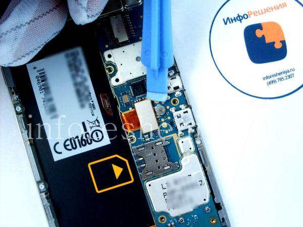 Разборка BlackBerry P'9982 Porsche Design: Continue prying to unplug first LCD connector.. / Тем же инструментом открепляем первый коннектор LCD..
