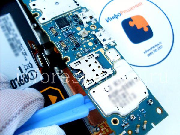 Разборка BlackBerry P'9982 Porsche Design: Now you can take off the motherboard. Be careful. / Теперь вы можете снять материнскую плату, будьте осторожны.