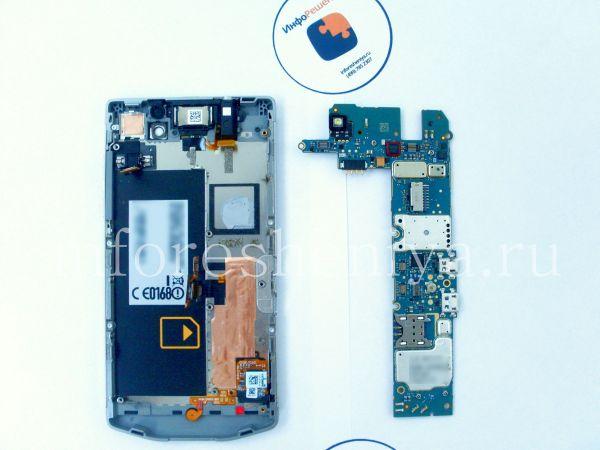 Разборка BlackBerry P'9982 Porsche Design: What you have for now: motherboard and bezel part with screen installed on it. / Что вы имеете сейчас: материнская плата и ободок с установленным экраном в сборке.