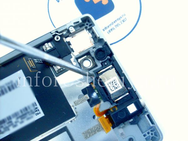 Разборка BlackBerry P'9982 Porsche Design: Next twist off 3 more screws on top of the bezel. / Затем открутите еще 3 винта сверху ободка.