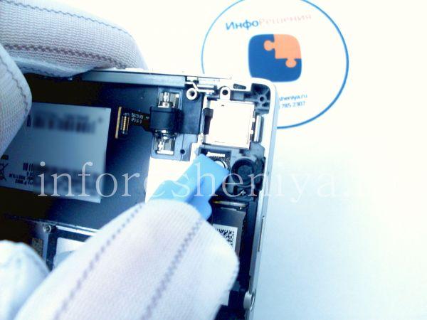 Разборка BlackBerry P'9982 Porsche Design: Push on camera place to undock screen from bezel. / Надавите на область камеры, чтобы немного открепить экран от ободка.