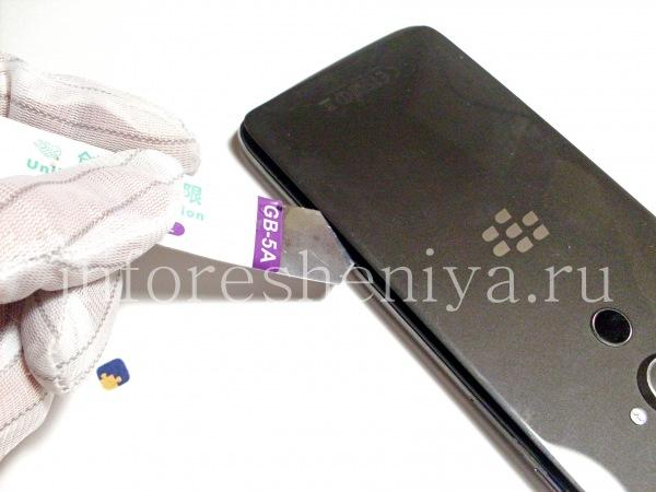 Разборка BlackBerry DTEK60/ Инструкция: Используйте инструмент для открепления, чтобы отделить клей и приподнять крышку устройства.