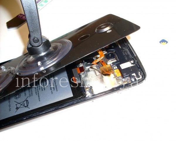 Разборка BlackBerry DTEK60/ Инструкция: Не снимайте крышку резким движением — вам нужно открепить коннектор сканера отпечатков пальцев.