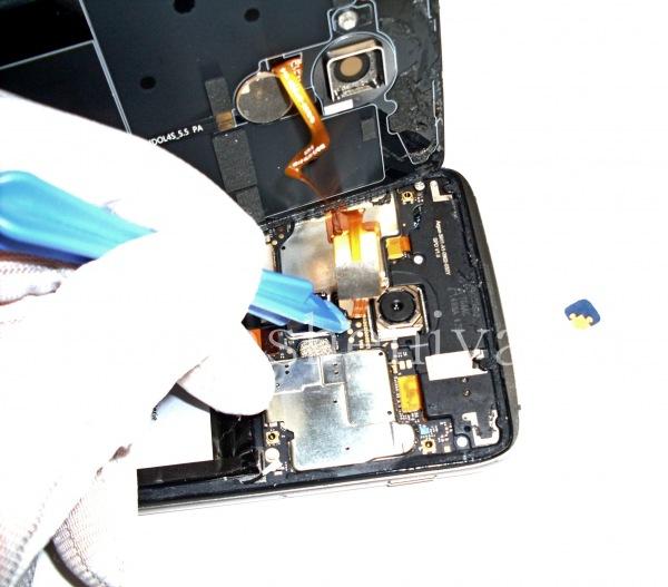 Разборка BlackBerry DTEK60/ Инструкция: Открепите его пластиковым снимателем.