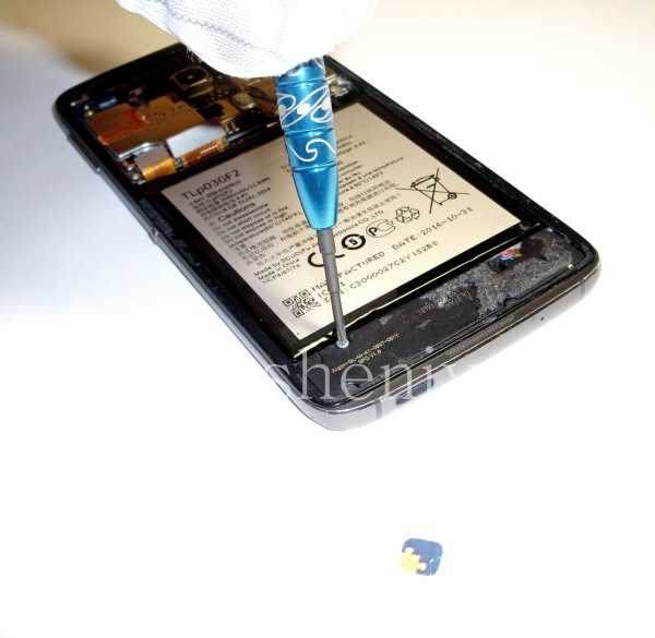 Разборка BlackBerry DTEK60/ Инструкция: Их несколько снизу и сверху устройства.