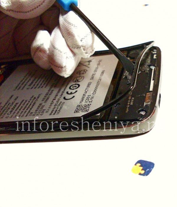Разборка BlackBerry DTEK60/ Инструкция: Пластиковый ободок можно снять. Это можно сделать сразу, а можно после откручивания винтов.