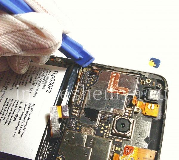 Разборка BlackBerry DTEK60/ Инструкция: Теперь извлекаем материнскую плату DTEK60. Подцепите ее пластиковым снимателем.