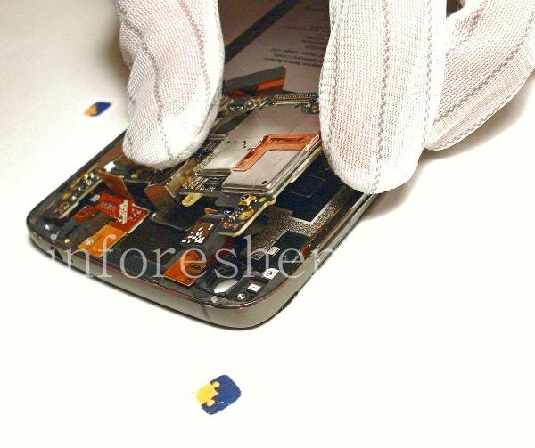 Разборка BlackBerry DTEK60/ Инструкция: Извлеките материнскую плату. Будьте осторожны!
