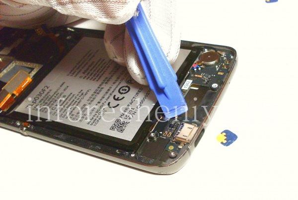 Разборка BlackBerry DTEK60/ Инструкция: Переходим к нижней части устройства. Открепите коннектор соединительного шлейфа.